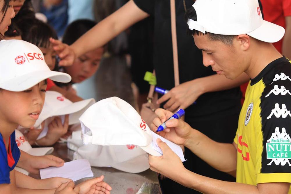 Sao U23 Việt Nam tặng quà fan nhí nhân ngày 1.6