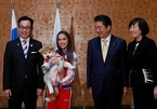 Thủ tướng Nhật Bản tặng cún cưng cho nữ vận động viên Nga