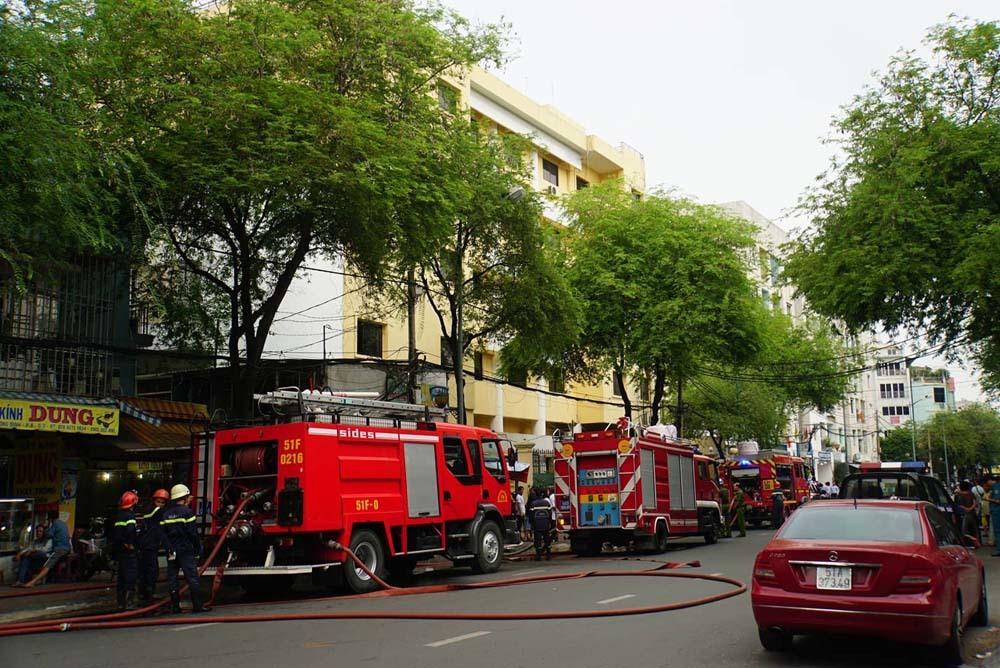 Cháy lớn ở Liên đoàn bản đồ địa chất, nhiều người tháo chạy