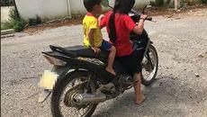 Bé gái 10 tuổi đèo em nhỏ, phóng xe máy vèo vèo trên đường