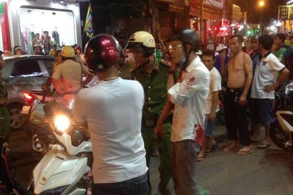 Nhóm cướp vung dao đâm trọng thương người truy đuổi trên phố Sài Gòn