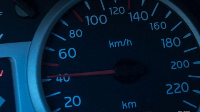 Làm thế nào để lái ô tô an toàn khi không có đèn đường?