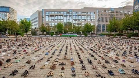 Hàng nghìn đôi giày cũ xuất hiện trước EC