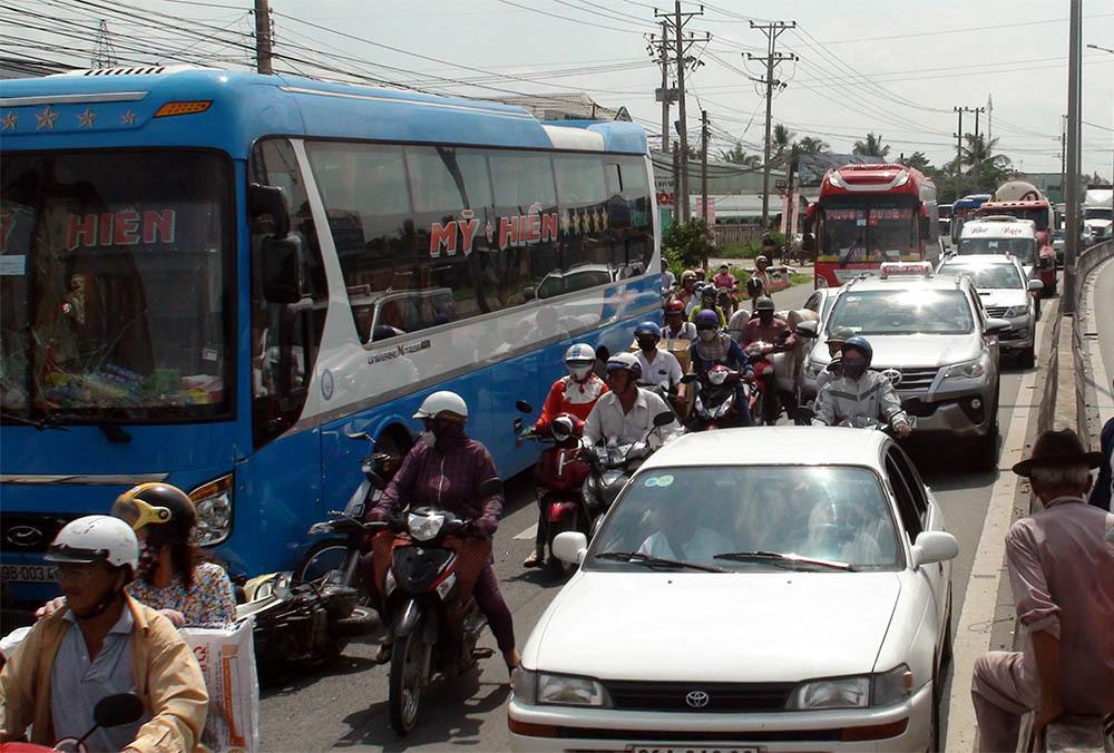 Ô tô khách tông container cùng hàng loạt xe máy, hất văng nhiều người
