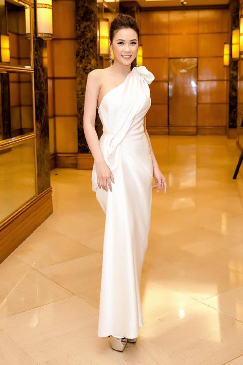 Angela Phương Trinh đẹp ngọt ngào trong tiệc tối