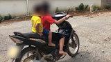 Hoảng hồn bé gái 10 tuổi lái xe máy chở em nhỏ lao vun vút trên đường