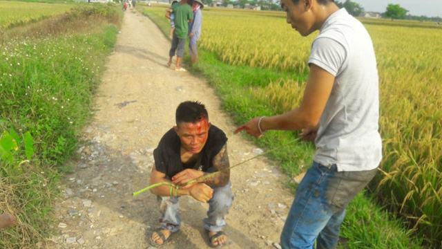 Giang hồ bị dân quây đánh nhừ tử vì chiếm địa bàn gặt lúa