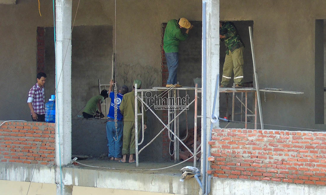 Bị đình chỉ thi công, nhà thầu vẫn xây ĐH Vinh