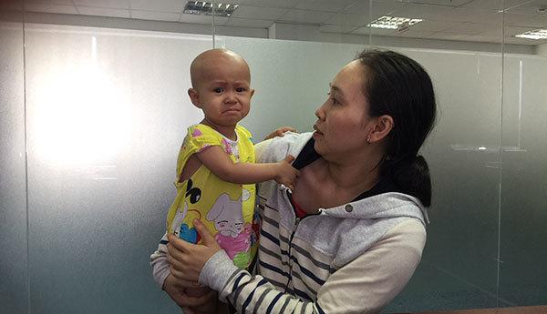 Cha phụ hồ bất lực lo kiếm tiền cứu con ung thư mắt