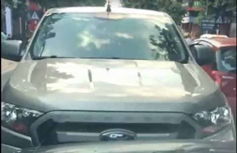Ô tô bán tải đi ngược chiều, lì lợm đấu đầu xe đi đúng luật trên phố Hà Nội