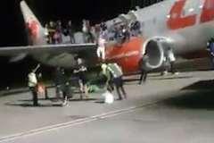Hành khách nháo nhào chạy khỏi máy bay bị lừa có bom