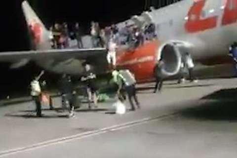 khách chạy khỏi máy bay