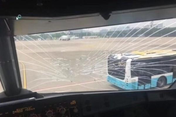 Máy bay Trung Quốc đi Cam Ranh hạ cánh khẩn vì nứt kính buồng lái?
