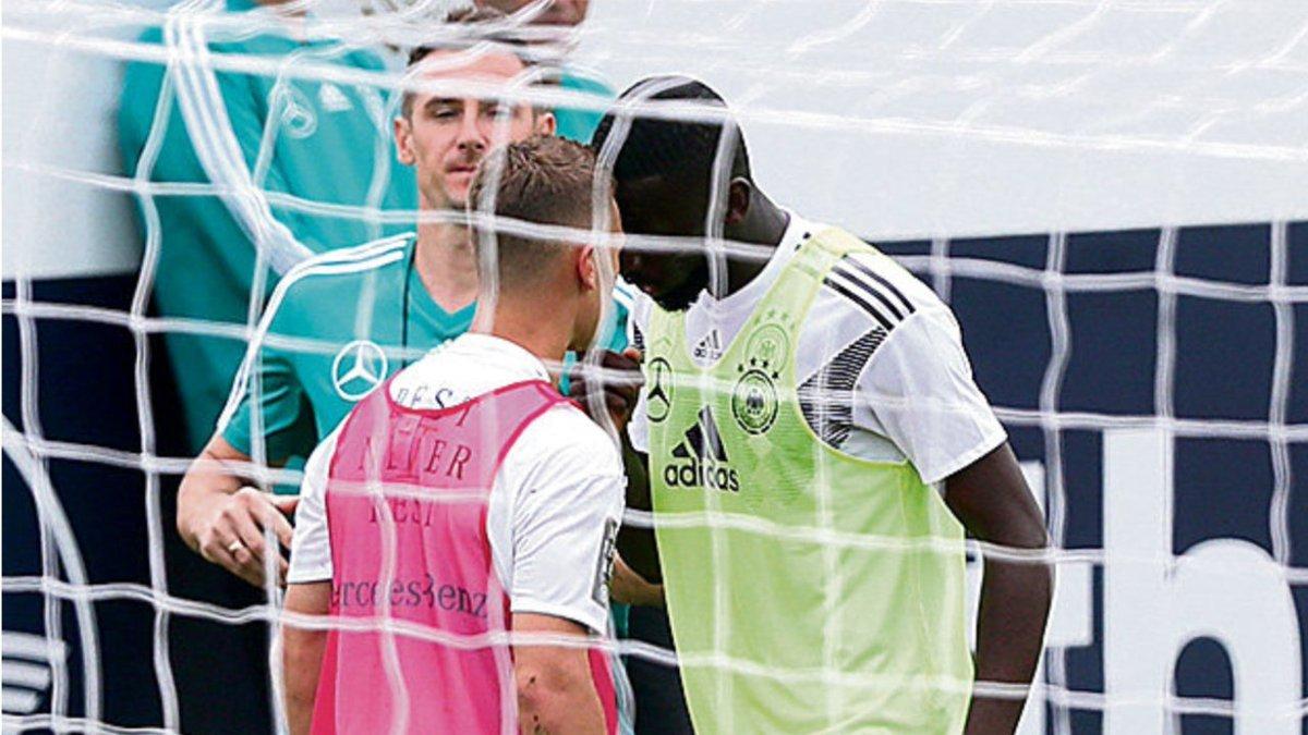 Cầu thủ Đức suýt lao vào đánh nhau trên sân tập