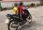 Bé gái 10 tuổi lái xe máy chở em nhỏ lao vun vút trên đường