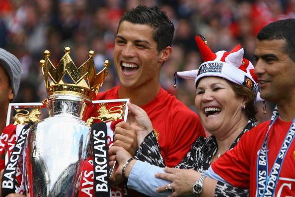 Mẹ Ronado xúi con trai từ chối PSG, trở lại MU