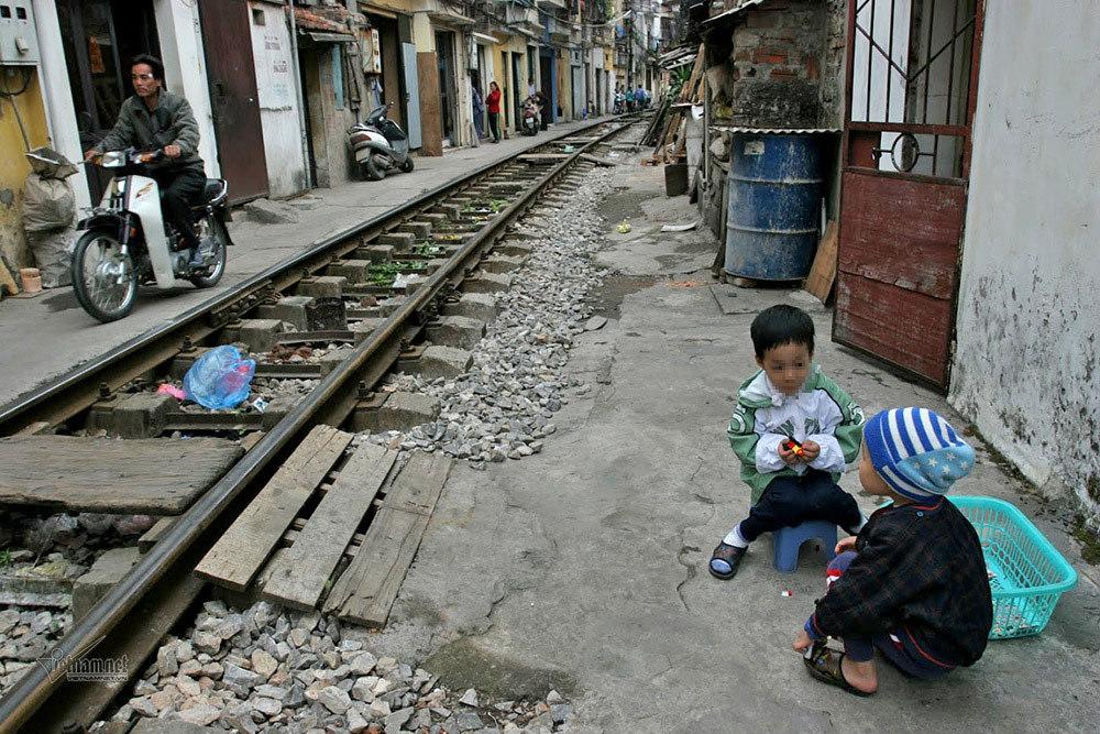 Trẻ em 'xóm đường tàu' vô tư chơi ở đường ray sát nhà dân
