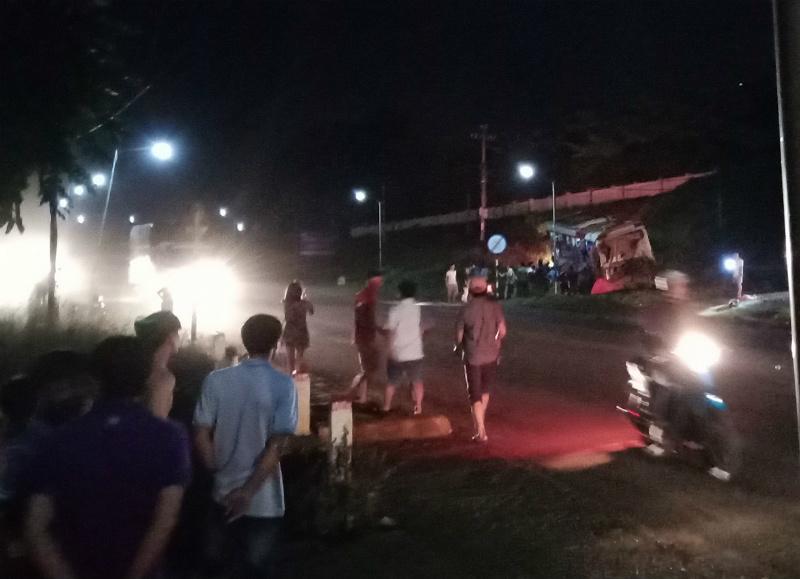Xe đầu kéo tông xe giường nằm dừng bắt khách, hơn 10 người nhập viện