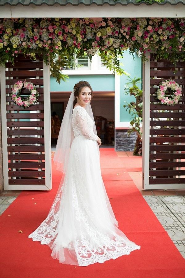 Cô dâu, chú rể khiêu vũ trong đám cưới ven biển đẹp như mơ