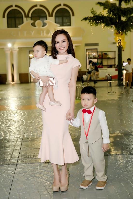 Vy Oanh lần đầu khoe 2 con xinh như thiên thần với chồng đại gia