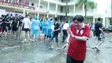 Thầy hiệu trưởng bị học sinh tạt nguyên xô nước vẫn cười 'tươi không cần tưới'