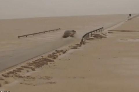 ô tô vượt sa mạc ngập nước