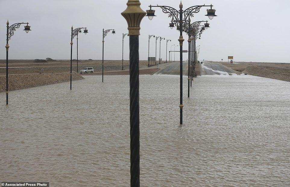 Cảnh bão tàn phá kinh hoàng Oman, biến sa mạc thành biển nước