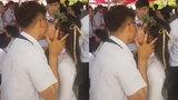 Chàng trai hôn hàng loạt nữ sinh ngày bế giảng