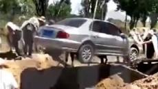 Dân mạng xôn xao clip chôn xe hơi theo người chết