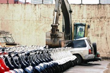 Dùng máy xúc nghiền nát hơn trăm xe hơi nhập lậu