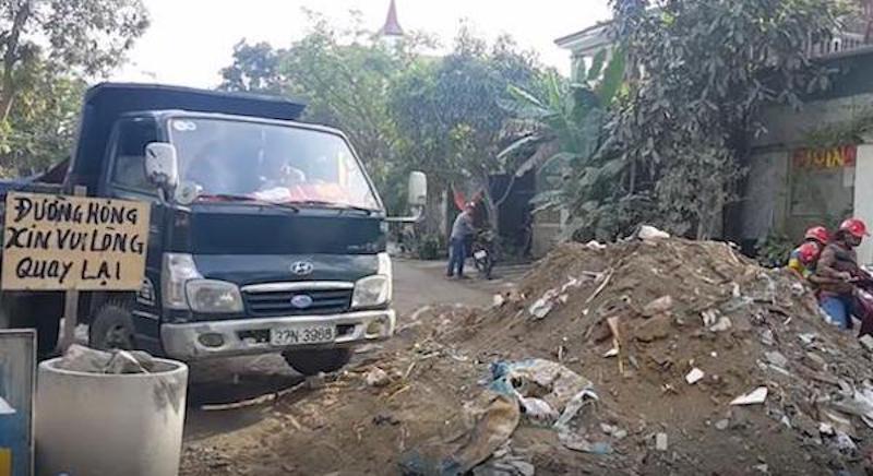Đường chằng chịt ổ gà, ổ voi: Dân đổ phế thải chặn ô tô