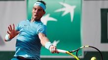 """Nadal thoát hiểm nhờ... """"ông trời"""""""