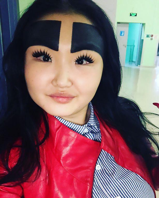 Cô gái 20 tuổi gây choáng với cặp lông mày che gần kín trán