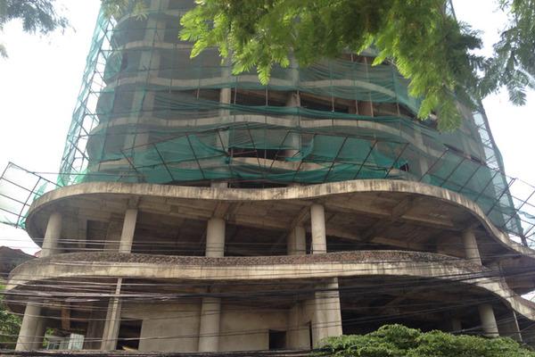 Tòa nhà bỏ hoang hơn thập kỷ trên đất vàng Hồ Tây