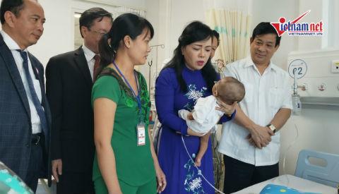 Cử chi thân thiết của Bộ trưởng y tế với bệnh nhi bị tim bẩm sinh
