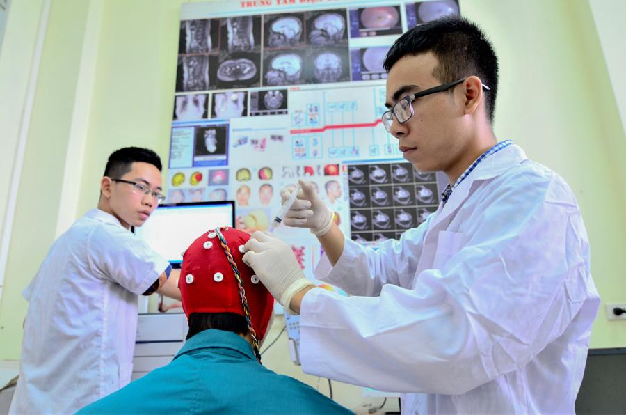 Nữ sinh Bách khoa sáng tạo máy nhận biết ký tự bằng não