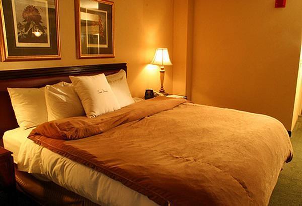 Ngủ ngon giấc tuyệt đối nhờ biết cách trang trí phòng ngủ 'ít nhưng chất'