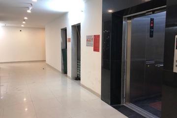 Khó tin: Nữ khách tiểu bậy tại sảnh thang máy chung cư cao cấp