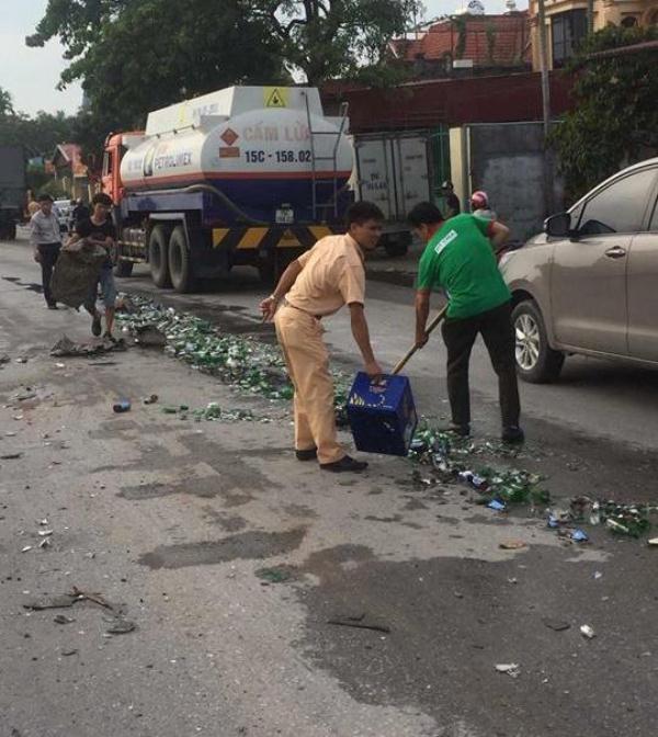 Container tông xe tải xoay ngang, vỏ bia đổ nát ngập quốc lộ 5