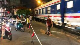 Ô tô húc văng gác chắn, suýt đâm tàuhỏaở Sài Gòn