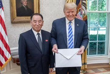 Dân mạng xôn xao bức thư Kim Jong Un gửi ông Trump