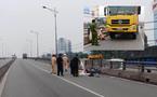 Xe ben tông 3 người trên cầu vượt, một bé gái tử vong
