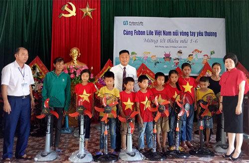 Fubon life Việt Nam trao hơn 400 suất quà Tết thiếu nhi
