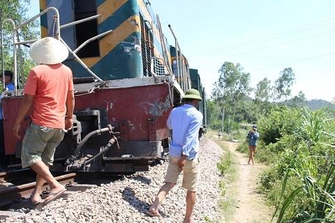 Tàu đâm văng xe tải trượt khỏi đường ray, đường sắt tê liệt
