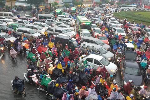 Cửa ngõ Tân Sơn Nhất ngập nặng trong mưa, giao thông tê liệt