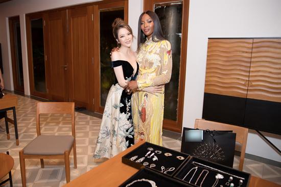 Naomi Campbell  mặc áo dài ôm eo Lý Nhã Kỳ