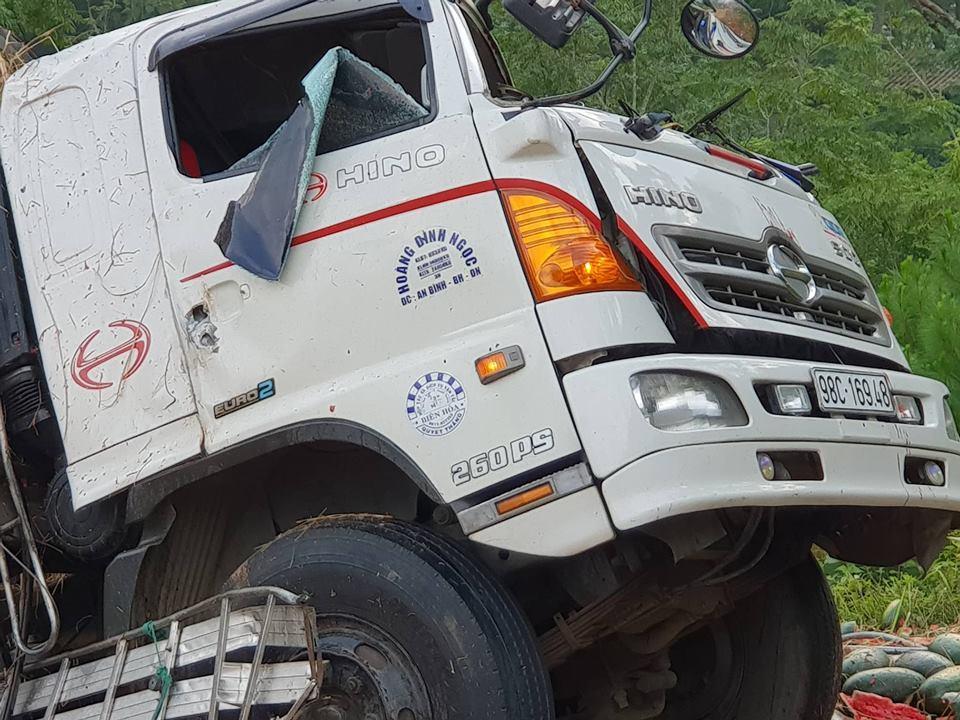 Xe tải vắt vẻo chực rơi vực, tài xế nguy kịch