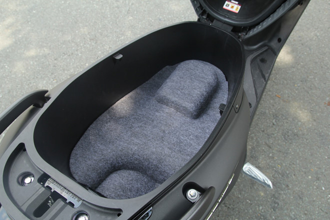 Những vật dụng không nên để trong cốp xe máy