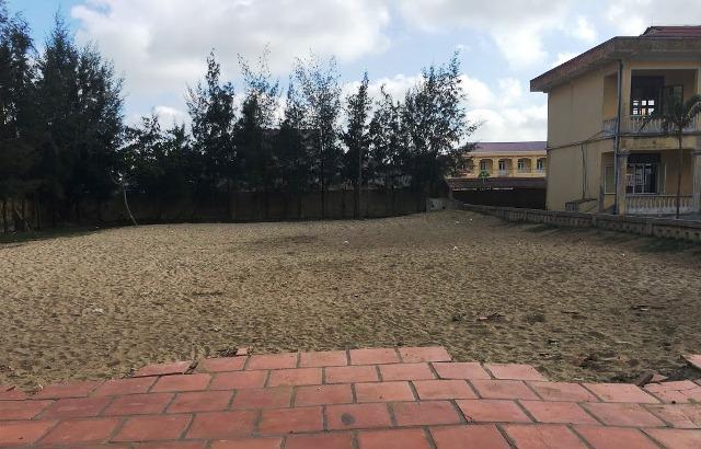 Nhà trường vận động xây bể bơi xong rồi lấp bỏ
