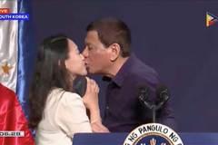 Tổng thống Philippines hôn môi phụ nữ lạ